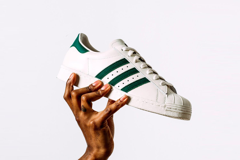 e9e9fd703eb41 Alors vous pouvez choisir la célèbre Adidas Stan Smith blanche avec la languette  verte ou opter pour un modèle avec des languettes imprimées et colorées qui  ...
